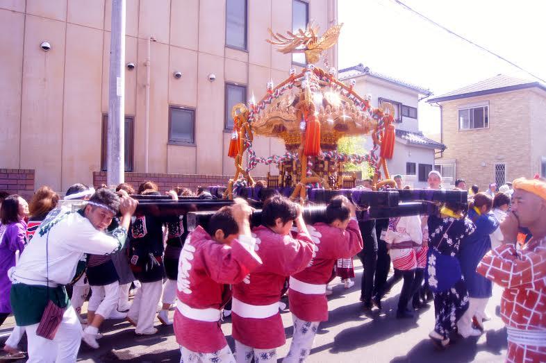 O Festival Omatsuri representa a chegada do verão e da temporada de fartura. Os participantes se revezam carregando uma caixa dourada com os frutos da colheita e ouro para oferenda (Foto: Luiza Guimaraes)