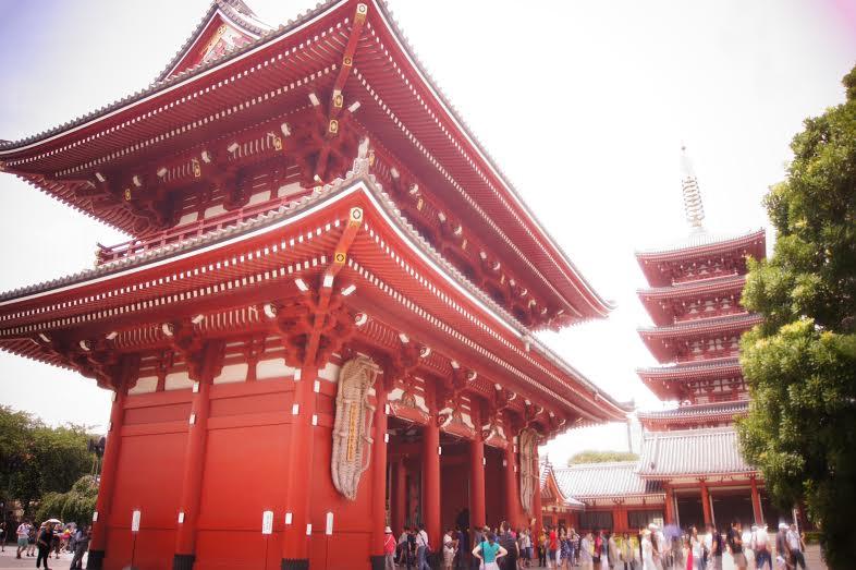 Templo de Senso-ji no meio do bairro de Asakusa, em Tóquio, famoso pela torre ulta moderna SkyTree Tower (Foto: Luiza Guimarães)