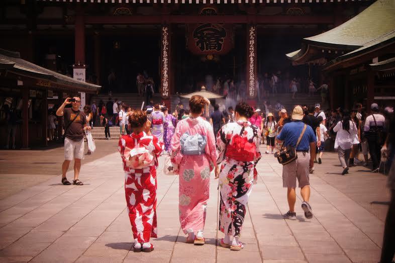 É comum ver mulheres de yukata em pontos turísticos do Japão, mesmo aos 40 graus do sol de verão do meio dia (Foto: Luiza Guimarães)