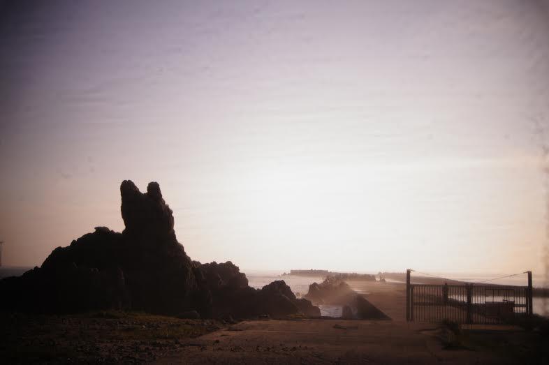 Por do sol em Choshi, a cidade mais a leste do Japão. Segundo os moradores da cidade, a pedra da imagem é um cachorro deitado, observando o mar (Foto: Luiza Guimarães)