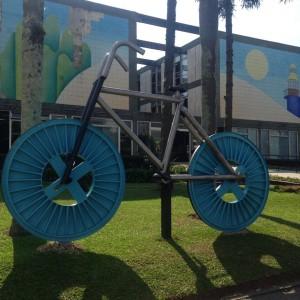 Bicicleta gigante em frente à Prefeitura é obra do artista Cesar Ferreira, e estará exposta até o fim da Bienal em dezembro (foto: Aléxia Saraiva)