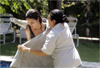 Regina Casé e Camila Márdila retratam bem o conflito entre mãe e filha que, após anos separadas, criaram visões de mundo opostas (Foto: Divulgação)