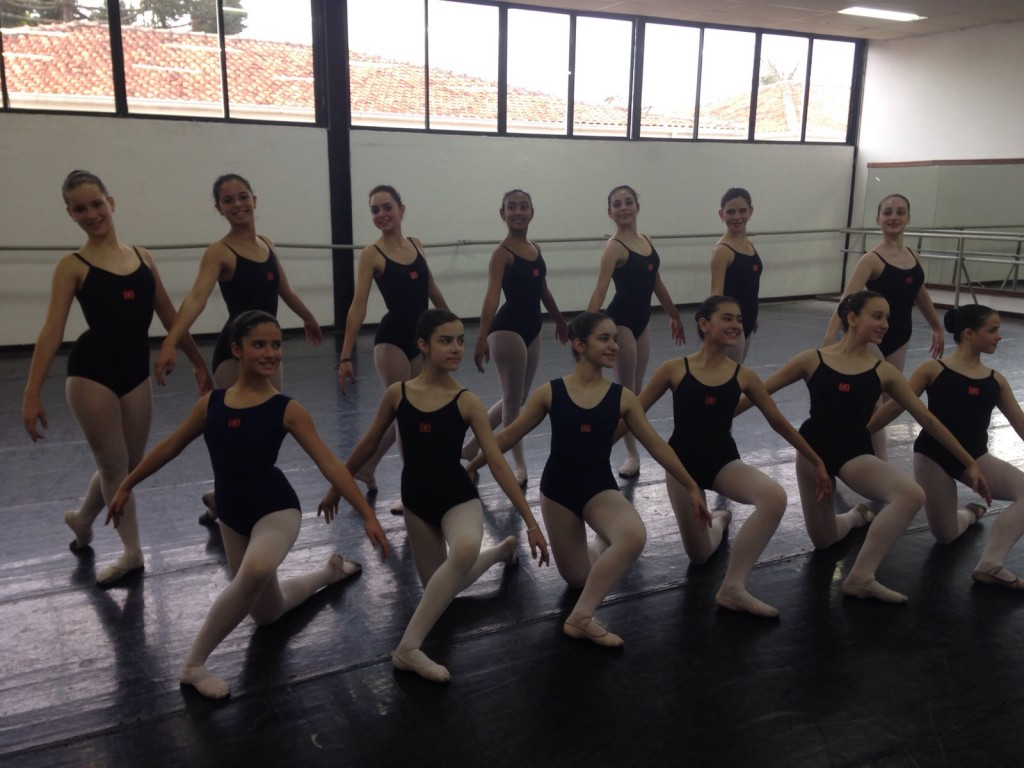 Segundo Dora, cerca de 40 mil bailarinas e bailarinos passaram por suas mãos (Foto: Mariana Rosa)