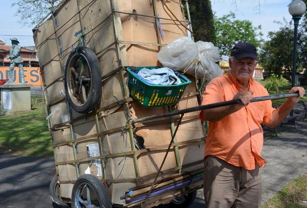 O carrinheiro João Leop carrega cerca de 200kg diariamente da sua residência até a Rua da Cidadania, na praça Rui Barbosa. Imagem: Valsui Júnior