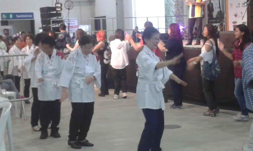 Senhoras e jovens dançando juntos: convívio entre os dois mundos no Matsuri é possível (Foto: David Ehrlich)
